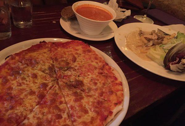 トマトスープもピザも美味しい!パンタイチェナンのレッドトマト